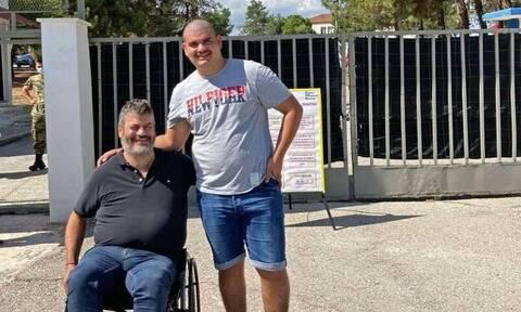 Συγκίνηση: Ο Μανώλης Κονταρός βάζει τον γιο του μέσα στο στρατόπεδο! (vid)