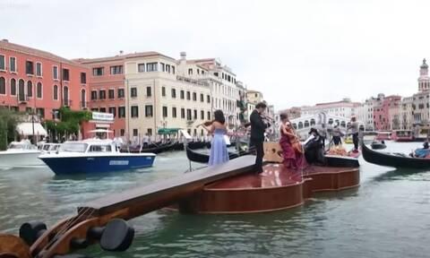 Βενετία: Ένα τεράστιο πλωτό βιολί γίνεται γόνδολα στα κανάλια της πόλης - Δείτε γιατί