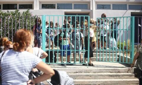 Υπ. Παιδείας: Η μετάλλαξη «Δ» δεν χτυπά περισσότερο τα παιδιά - Θα αυξηθούν τα κρούσματα