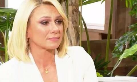 Κατερίνα Καραβάτου: «Λύγισε» on air - «Όσοι προσπάθησαν να μου κάνουν κακό τους κοιτάω στα μάτια»