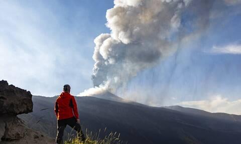 «Ξύπνησε» και η Αίτνα: Βγαίνουν καπνοί από τον κρατήρα - Ποτάμι λάβας ρέει στα Κανάρια