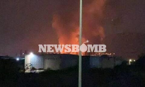 Φωτιά στον Ασπρόπυργο: «Μάχη» με τις φλόγες σε εργοστάσιο ξυλείας - Αποπνικτική η ατμόσφαιρα