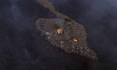 Ένα άθικτο σπίτι μέσα σε ένα ποτάμι λάβας στη Λα Πάλμα
