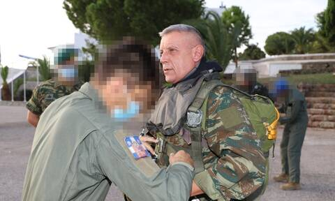 Άλμα με αλεξίπτωτο για τον αρχηγό ΓΕΕΘΑ, Κωνσταντίνο Φλώρο