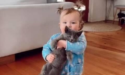 Το βίντεο με το μωρό και τη γάτα του που είδαν πάνω από 4,4 εκατομμύρια χρήστες