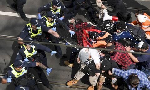 Aστυνομικοί συγκρούονται με διαδηλωτές στη Μελβούρνη