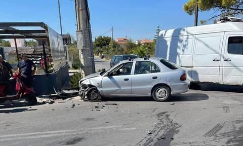 Σοβαρό τροχαίο στην Αρτέμιδα – Παιδιά ανάμεσα στους τραυματίες