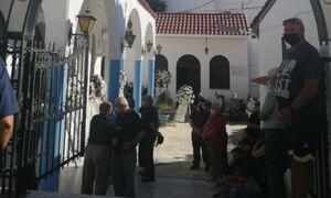 Έγκλημα στη Ρόδο: Σε κλίμα οδύνης η κηδεία της αδικοχαμένης Ντόρας - Οργή για τον δράστη