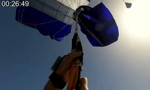 Η αγωνιώδης προσπάθεια αλεξιπτωτιστή να ξεμπερδέψει το αλεξίπτωτο κατά τη διάρκεια ελεύθερης πτώσης