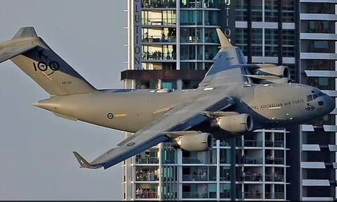 Αυστραλία: Η «βόλτα» αεροπλάνου ανάμεσα σε ουρανοξύστες ξύπνησε μνήμες 11ης Σεπτεμβρίου