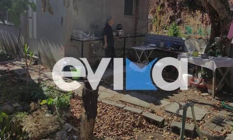 Εύβοια: Με δάκρυα στα μάτια βλέπει τους εθελοντές να καθαρίζουν το καμένο της σπίτι