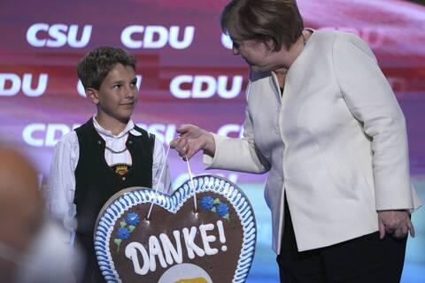 Η Άνγκελα Μέρκελ με νεαρό υποστηρικτή
