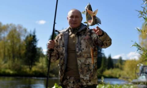 Ο Πούτιν πήγε για ψάρεμα στη Σιβηρία - Οι φωτογραφίες από τις διακοπές του