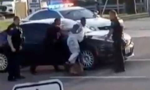 Σάλος στις ΗΠΑ με το βίντεο που δείχνει αστυνομικό σκύλο να επιτίθεται σε άνδρα που έχει συλληφθεί