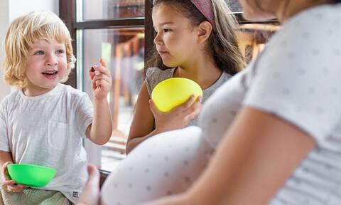 Είστε έγκυος και μοιράζεστε φαγητό με το νήπιο παιδί σας; Γιατί πρέπει να σταματήσετε