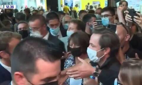 Γαλλία: Πέταξαν αυγό στον Μακρόν - Δείτε το βίντεο της επίθεσης