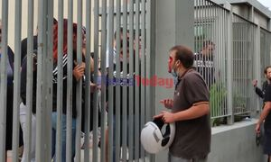 Εικόνες σοκ στη Θεσσαλονίκη: Επίθεση με καδρόνια και σουγιάδες έξω από ΕΠΑΛ  - 2 τραυματίες