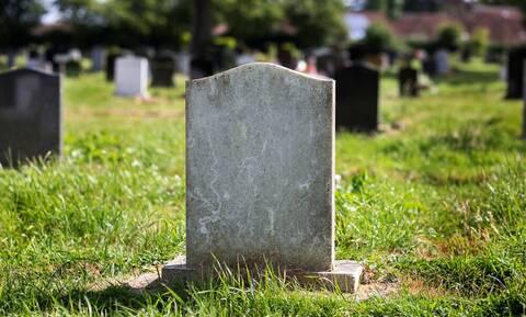 Τρόμος - Πήγε σε νεκροταφείο και σάστισε μόλις είδε τι ανατριχιαστικό έβγαινε από τάφο (pics+vid)
