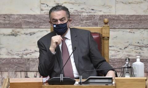 Γκάφα Αθανασίου: Τον «πρόδωσαν» τα ανοιχτά μικρόφωνα και ακούστηκε να μιλάει για τσίπουρα