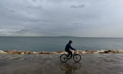 Καιρός: Πέμπτη με βροχές, θυελλώδεις ανέμους και νέα πτώση της θερμοκρασίας