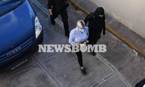 Δίκη για βιτριόλι: Στο δικαστήριο η κατηγορούμενη για την επίθεση, Έφη Κακαράντζουλα -Η πρώτη εικόνα