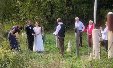 Koρονοϊός: Παντρεύτηκαν στα σύνορα ΗΠΑ-Καναδά λόγω του lockdown