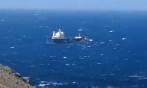 Άνδρος: Ρυμουλκά έδωσαν μάχη με τα κύματα στο Κάβο Ντόρο για να σώσουν φορτηγό πλοίο