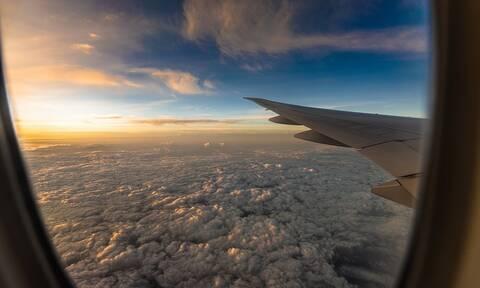 Αγγλία: Πανικός κατά την προσγείωση αεροπλάνου – Στις φλόγες ο κινητήρας (vid)