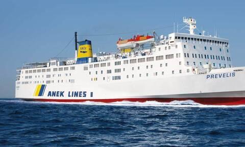 Συναγερμός στη Σαντορίνη: Το πλοίο «Πρέβελης» προσέκρουσε στο λιμάνι