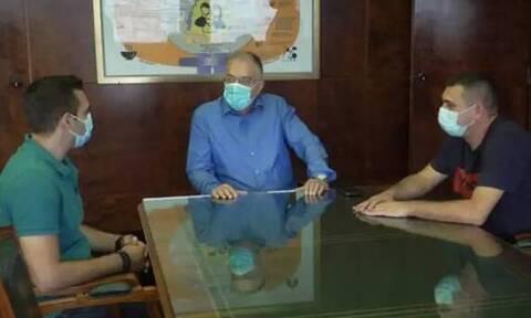 Συνάντηση Θεοδωρικάκου με δύο αστυνομικούς που έσωσαν 48χρονη γυναίκα