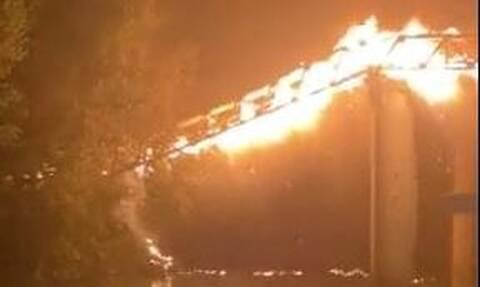 Συγκλονιστικές εικόνες από τη Ρώμη: Ιστορική γέφυρα τυλίχθηκε στις φλόγες και κατέρρευσε (vids)