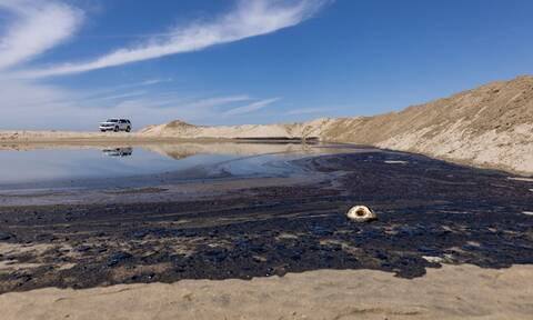 ΗΠΑ: Αγωνία για τη ρύπανση από πετρελαιοκηλίδα στις ακτές της Καλιφόρνιας (pics)