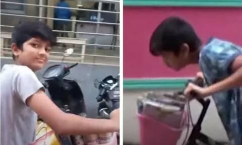 Μαθητής μοιράζει εφημερίδες με το ποδήλατό - Δείτε τι τον έκανε viral