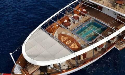 Яхта Онасисса «Кристина О.» пришвартована у берегов Миконоса