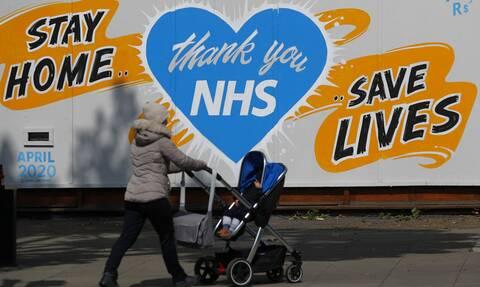 Βρετανία – Κορονοϊός: Τα εμβόλια μας γλιτώνουν από θανάτους, όμως το Σύστημα Υγείας δέχεται πιέζεται