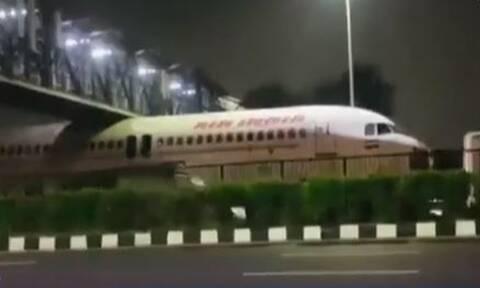 Αεροπλάνο κόλλησε κάτω από γέφυρα: Οι εικόνες που έγιναν viral (vid)