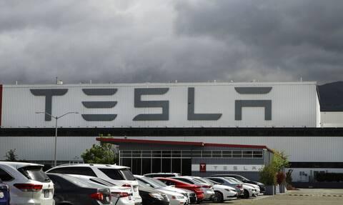 H Tesla θα πληρώσει αποζημίωση-μαμούθ 136 εκατ. δολαρίων για ρατσιστική συμπεριφορά σε εργαζόμενο