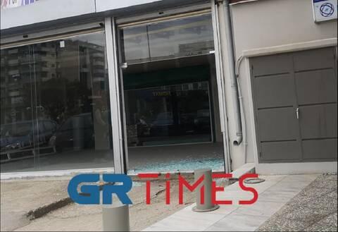 Θεσσαλονίκη: Αντί για όπισθεν έβαλε πρώτη και εισέβαλε σε κατάστημα (pics)