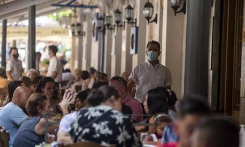 Νέα μέτρα για εμβολιασμένους: Πώς θα μπαίνουν σε κλαμπ, εστιατόρια και καφετέριες
