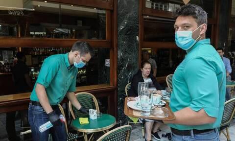Греция снимает ограничения с вакцинированных граждан и вводит новые для отказывающихся прививаться