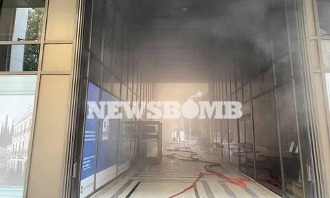 Φωτιά στη Σταδίου: Αποπνικτική η ατμόσφαιρα - Γέμισε καπνούς το κέντρο της Αθήνας
