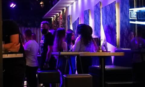 Κορονοϊός: Ανησυχία ειδικών για την άρση των μέτρων - «Φόβος για αλαλούμ στα κέντρα διασκέδασης»