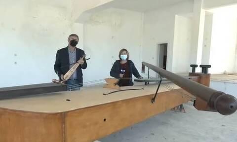 Κοζάνη: Εβδομηντάχρονος έφτιαξε την πιο μεγάλη ξύλινη ποντιακή λύρα στον κόσμο