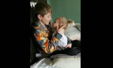 Αγοράκι τραγουδά στην μικρή του αδελφή και γίνεται viral