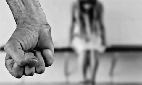 Βόλος: Την έσυρε από τα μαλλιά και την ξυλοκόπησε μπροστά στα μάτια του παιδιού τους