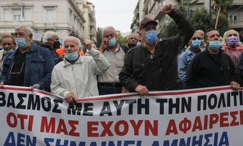 Συνταξιούχοι: Πορεία στο κέντρο της Αθήνας παρά τη βροχή – Ποιοι δρόμοι έκλεισαν