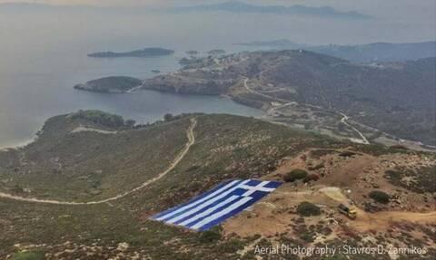 Ο δήμαρχος Οινουσσών απαντά στο παραλήρημα του Ακάρ με μια τεράστια ελληνική σημαία
