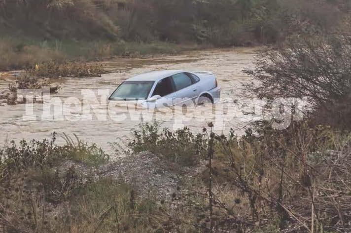 Στιγμές αγωνίας έζησε ο οδηγός ενός αυτοκινήτου που εγκλωβίστηκε σε ορμητικά νερά στον Βόλο