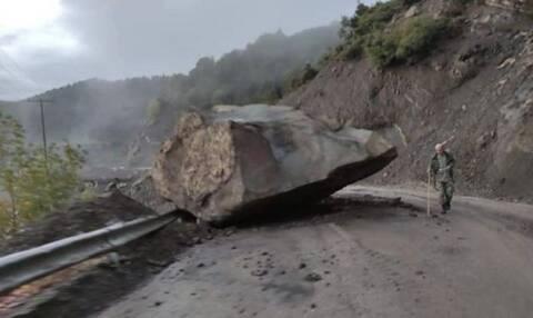 Ευρυτανία: Τεράστιος βράχος έπεσε κοντά σε σπίτι και έκοψε τον δρόμο στα δύο (pic)