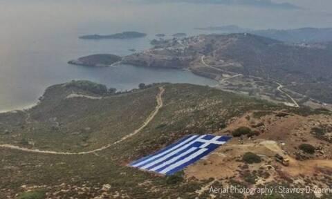 Οινούσσες: Δυναμική απάντηση στους Τούρκους με τεράστια ελληνική σημαία